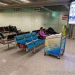 결국 경유지인 홍콩공항에서도 노숙하게 되었다.